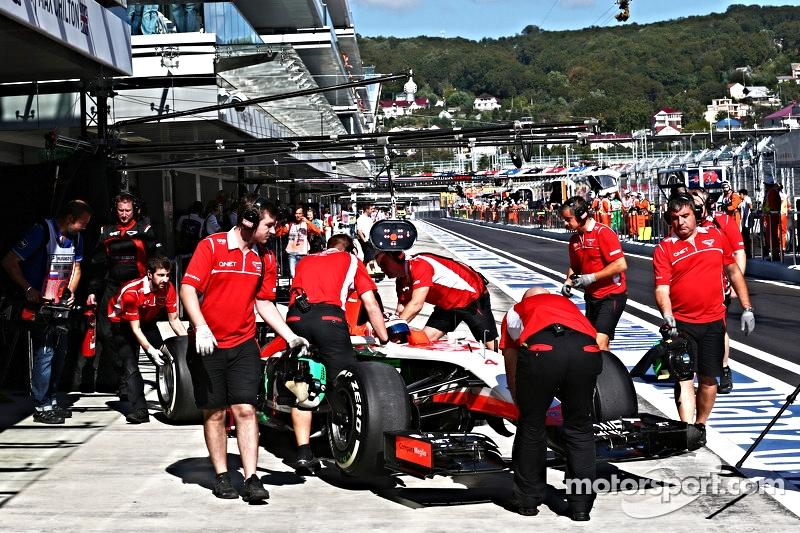 [2014] Marussia en sursi elle aussi.. Rich%20pegram%20and%20pit%20%20crew%20f1-russian-gp-2014-max-chilton-marussia-f1-team-mr03-in-the-pits.jpg.opt800x533o0,0s800x533